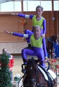 Einen guten vierten Platz belegte die Nachwuchsgruppe, hier zeigen Mara Reisch und Karina Strobel eine Doppelübung auf Pferd Fritz.